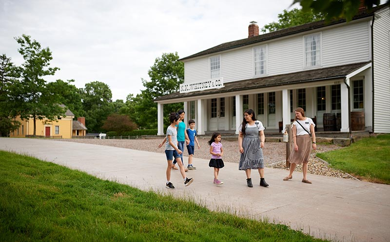 Sister missionaries take children on walking tour of Historic Nauvoo