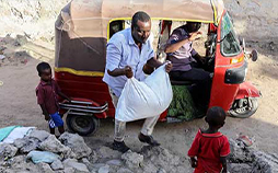 man delivers food to family in Mogadishu, Somalia.